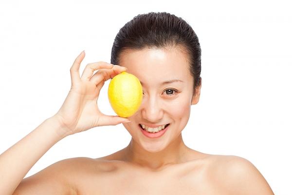 3 bước giúp bạn trị môi thâm đen hiệu quả với chanh