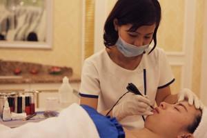 Phụ nữ mới sinh có nên xăm môi không?