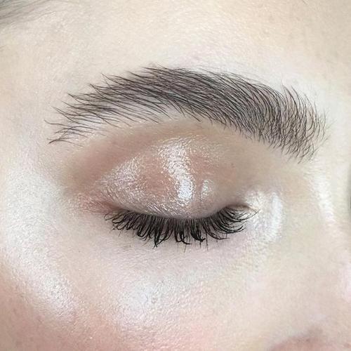Phun thêu lông mày có khiến vùng mí mắt bị sưng không?